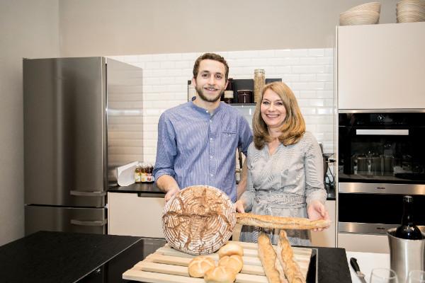 Barbara van Melle und Simon Wöckl führen durch die Workshops im Brotback-Atelier. © Lukas Lorenz