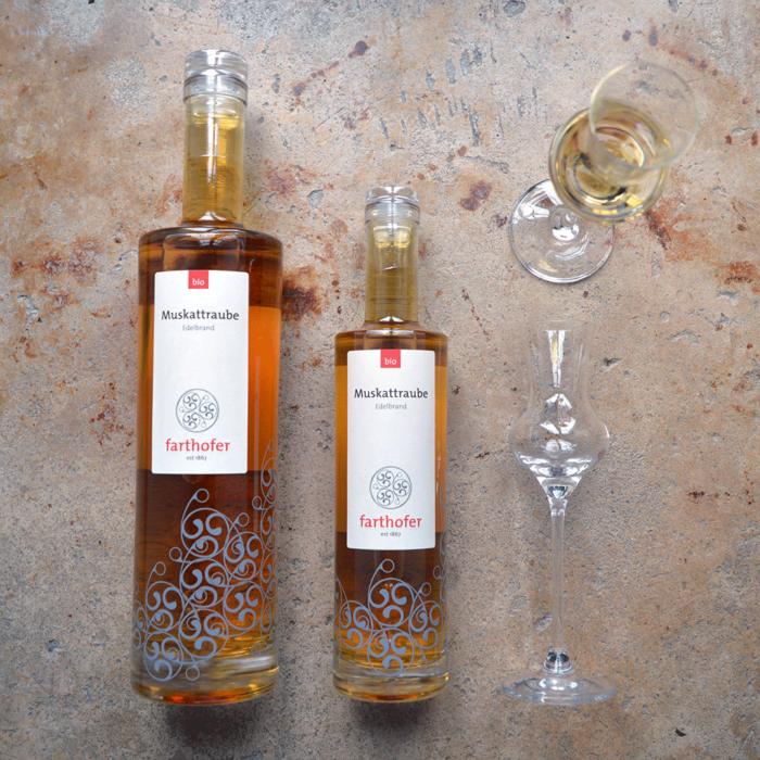 Alte Traube (700 und 350 ml), Bio Edelbrand aus Muskattrauben, im Eichenfass - Destillerie Farthofer
