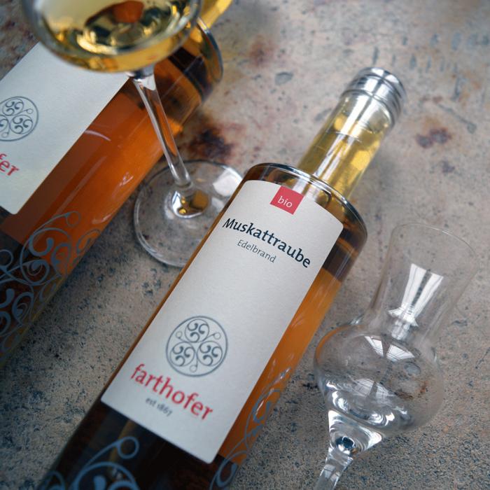 Alte Traube (700 und 350 ml), Bio Edelbrand aus Muskattrauben - Destillerie Farthofer