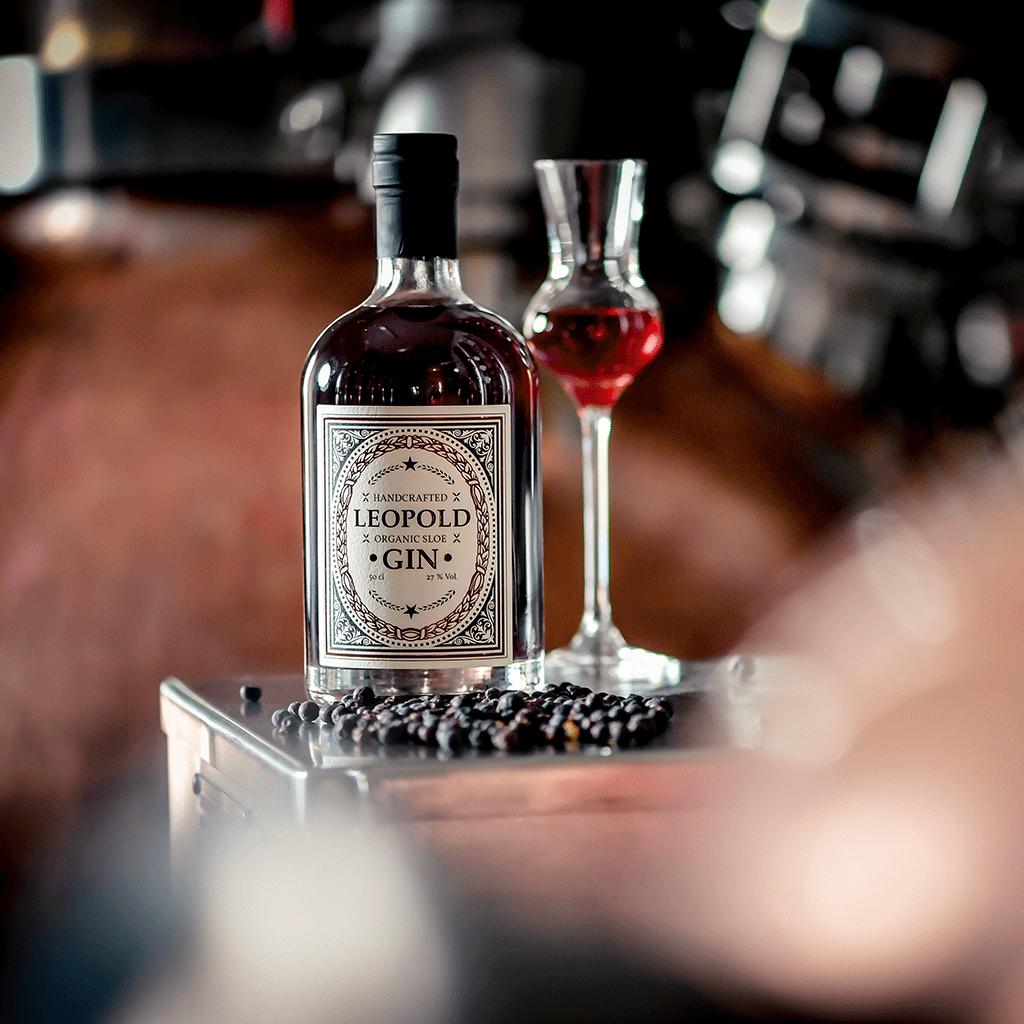 Foto Flasche Leopold Sloe Gin mit eingeschenktem Glas in der Brennerei