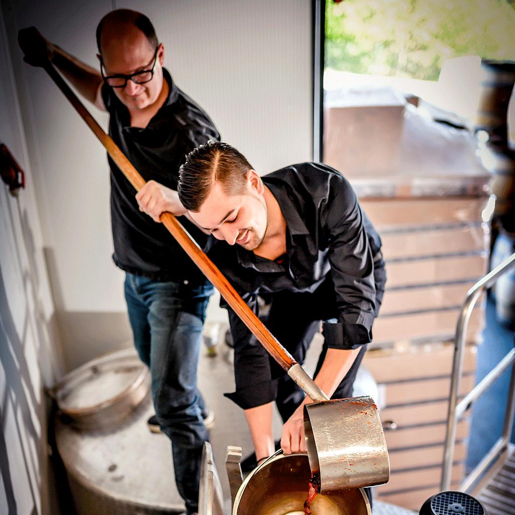 Foto Josef Farthofer und Klaus Leopold beim Schöpfen der Schlehen