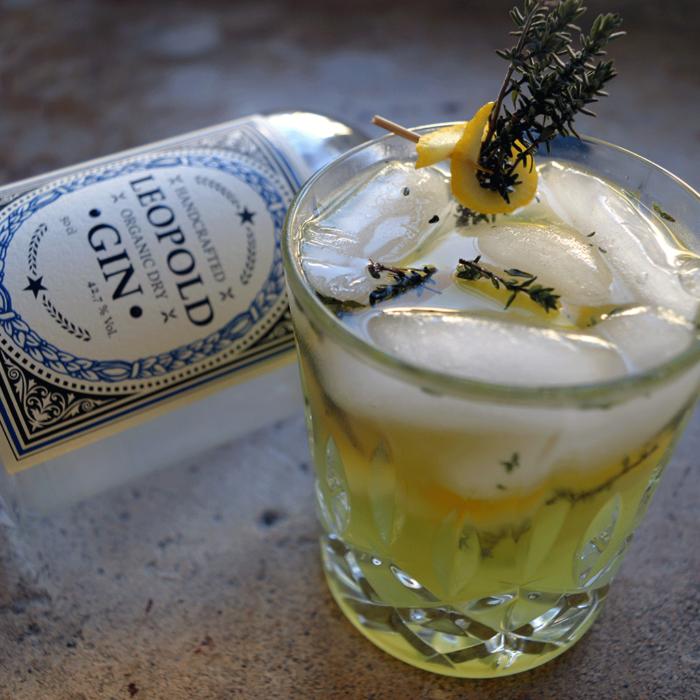 Leopold Dry Gin mit Cocktail mit Cocktailglas Kräuterleo