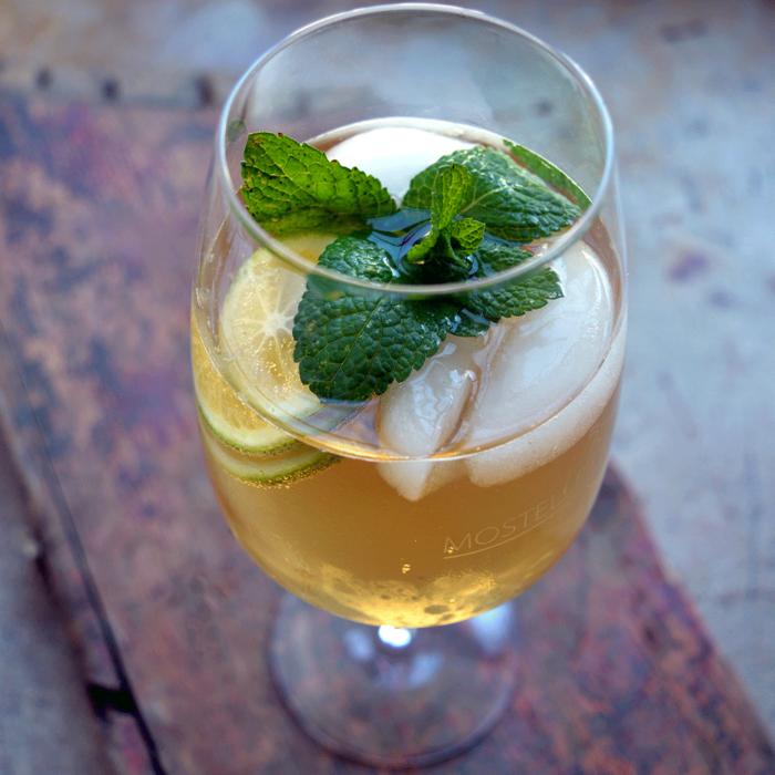 Mostello Sprizz im Glas - Destillerie Farthofer