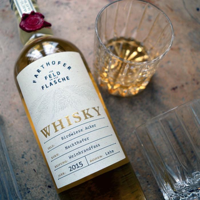 Foto Whisky Nackthafer mit eingeschenktem Glas - Destillerie Farthofer