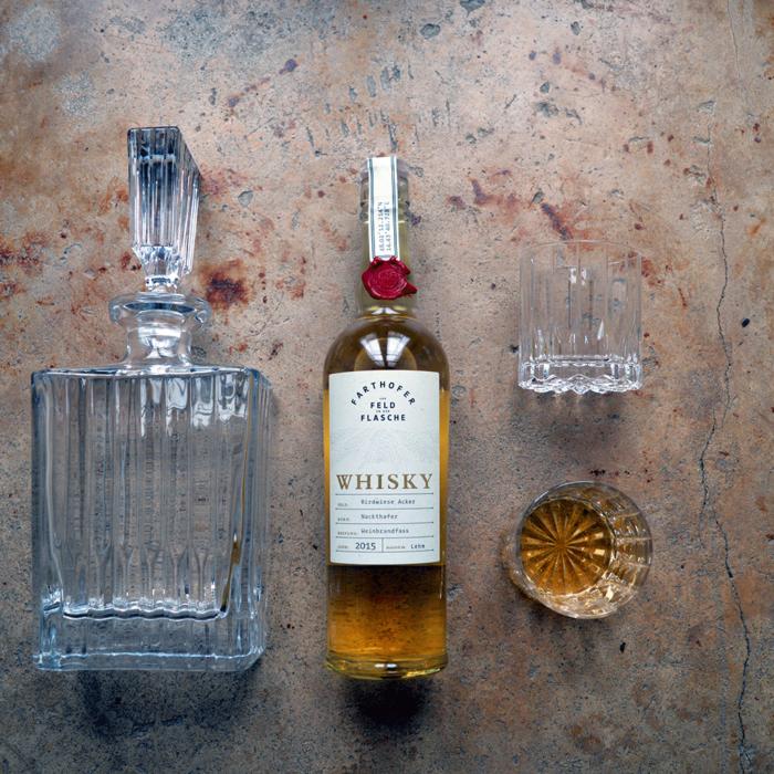 Foto Whiskykaraffe und Glas mit Whisky aus Nackthafer