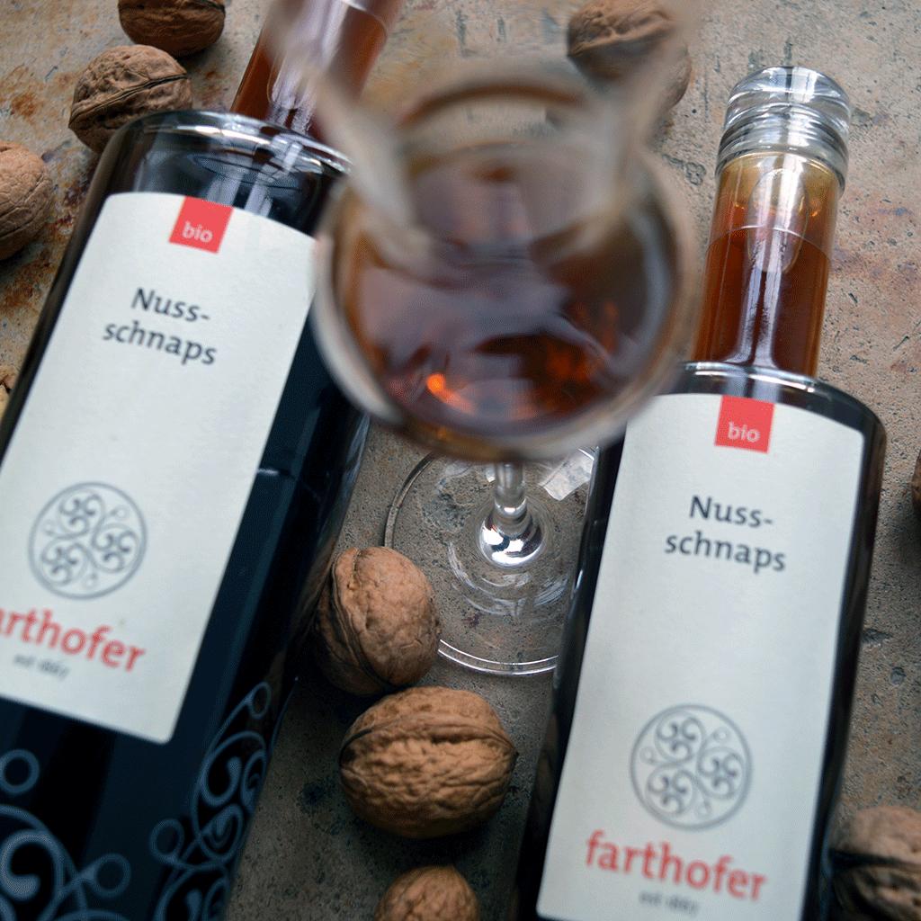 Bio Nussschnaps mit Glas (700 und 350 ml) - Destillerie Farthofer