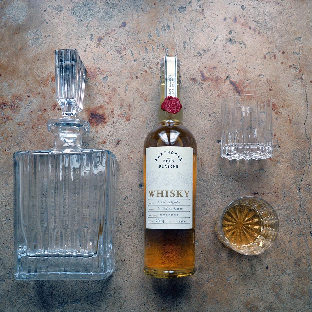 Foto Whiskykaraffe mit Whisky aus Urgetreide Schlaegler Roggen