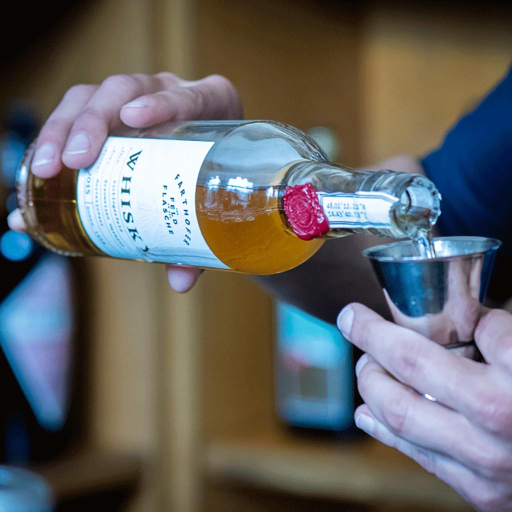 Whisky wird eingeschenkt