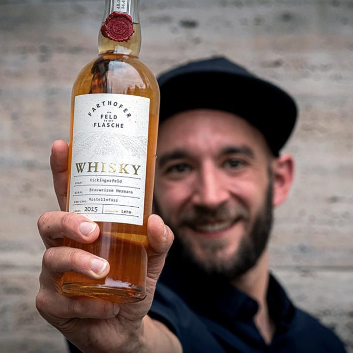 Lukas Werle hälte die Whiskyflasche ins Bild